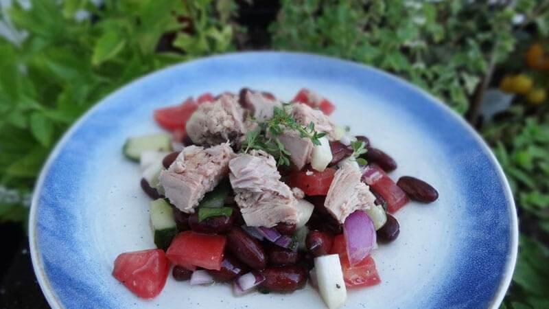 sałatka z tuńczyka i czerwonej fasoli